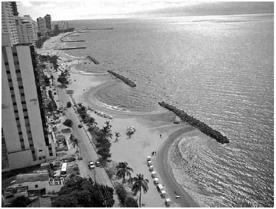 Fotografía mostrando las obras de ingeniería al largo de toda Playa de Boca Grande hechas con rocas calizas de la Formación La Popa.